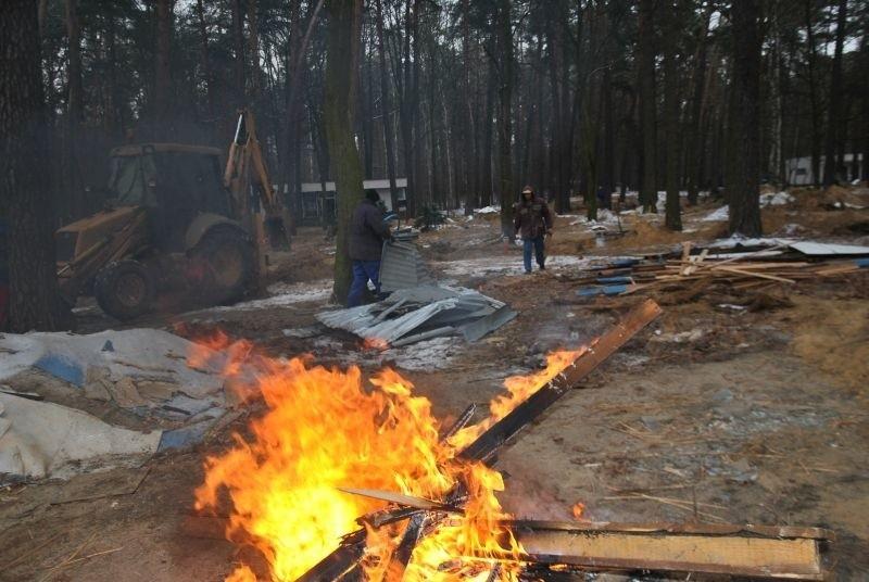 Szpetne domki nad Jeziorem Rudnickim zostały zrównane z ziemią .
