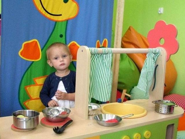 W żłobku jest kolorowo. Na zdjęciu w kąciku kuchennym Luiza Błażewska.