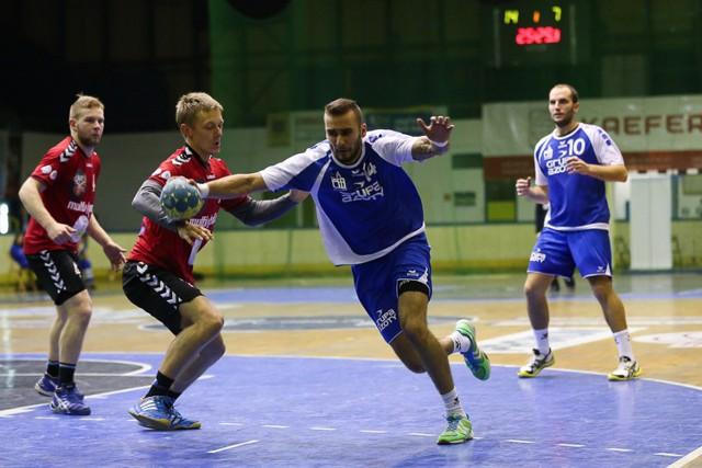 Z piłką Jakub Kowalik, obok najskuteczniejszy w SPR Łukasz Nowak