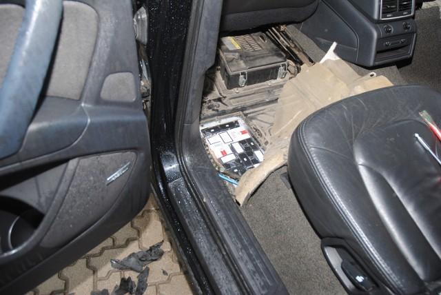 Kierowca samochodu marki Audi 7 został zatrzymany do kontroli w miniony czwartek na terenie gminy Giby. Straż graniczna z Sejn w trakcie kontroli auta, nabrała podejrzeń, że 33-letni obywatel Białorusi może przemycać nielegalne papierosy.