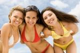 Strój na plażę jednoczęściowy czy bikini? Jaki kostium kąpielowy kupić, by czuć się seksownie na plaży? Sprawdź! [PORADNIK na LATO]