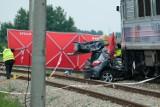 Wypadek w Wierzawicach koło Leżajska. Kierowca toyoty wjechał na niestrzeżony przejazd kolejowy i zderzył się z pociągiem [ZDJĘCIA]
