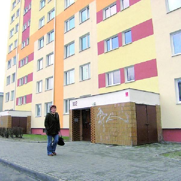 """Blok Spółdzielni Mieszkaniowej """"Południe"""" przy ul. Kaliskiej 102 we Włocławku niedawno ocieplono. Podobnie jak w innych, także i w tym płyty azbestowe pokryto styropianem."""