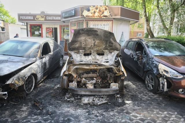 Spalone samochody przy ulicy Bukowskiej