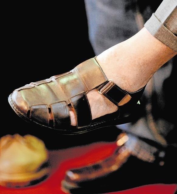 Takie sandały powinny być noszone do spodni z lnu
