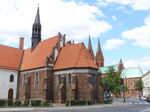 Najstarszy we Włocławku kościół św. Witalisa (ok. 1330 r.), a w tle katedra Wniebowzięcia NMP