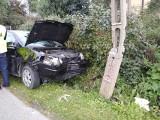 Samochód zderzył się z motorowerem i uderzył w słup. Jedna osoba została ranna 22.09.2021