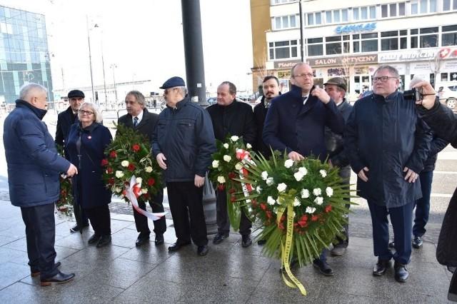 """W sobotę, 16 marca, pod bydgoską tablicą upamiętniającą strajk chłopski z 1981 roku (przy ul. Dworcowej w Bydgoszczy) złożono kwiaty. Uczestnicy uroczystości przypomnieli, że """"od chłopów się zaczęło"""" i strajk sprzed 38 lat doprowadził do zarejestrowania rolniczej Solidarności."""