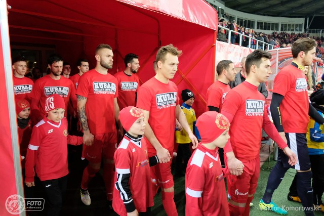 Piłkarze Widzewa w specjalnych koszulach informujących o charytatywnej akcji