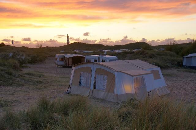 Jak w dobie koronawirusa działają campingi, gdzie niektórzy mają swoje domki letniskowe? (Zdjęcie ilustracyjne).