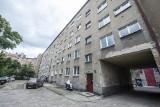 """""""Cegły odpadały z balkonów"""". Tak mieszkają emerytowani pracownicy kolei w budynku należącym do PKP S.A."""