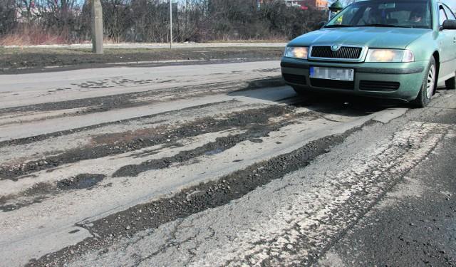 Niektóre dziury na ulicy Lipskiej mają po dziesięć centymetrów głębokości. O uszkodzenie samochodu nietrudno