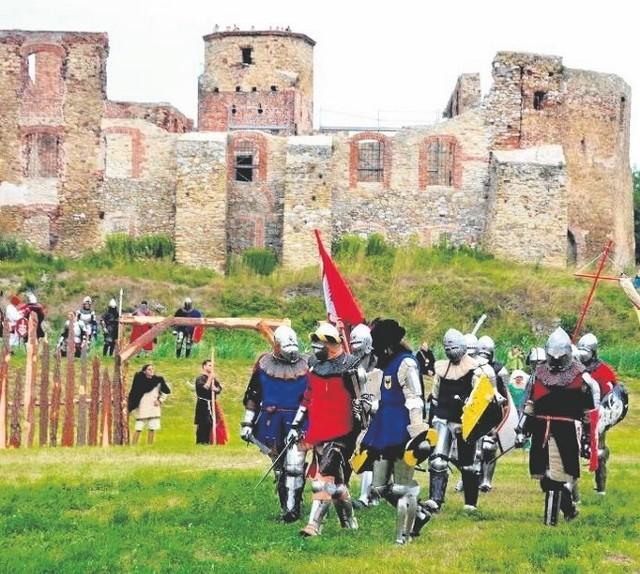 Na błoniach Zamku Biskupów Krakowskich odbywają się między innymi turnieje rycerskie i koncerty multimedialne