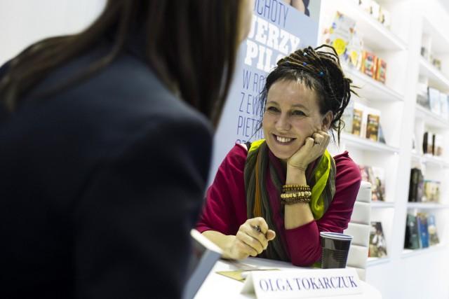 """Olga Tokarczuk z Man Booker Prize. Polska pisarka nagrodę odebrała we wtorek, 22 maja, w Londynie. Tokarczuk do nagrody nominowana została za książkę """"Bieguni"""".- Ta książka stara się być lojalna wobec kakofonii i dysonansu naszego doświadczania świata, wobec niemożliwości jego ujednolicenia, wobec jego chaosu, rozpadania się i ponownego tworzenia nowych konfiguracji. Jestem w niej wierna peryferiom, obszarom niedopowiedzianym, zamazanym. Powtarzam w niej własne błędy i wydaje mi się to absolutnie konieczne."""