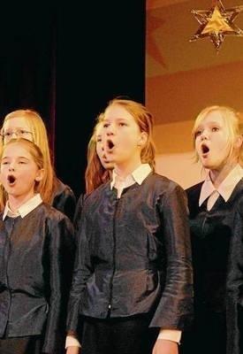 """Śpiewa chór """"Cantata"""" FOT. MACIEJ HOŁUJ"""