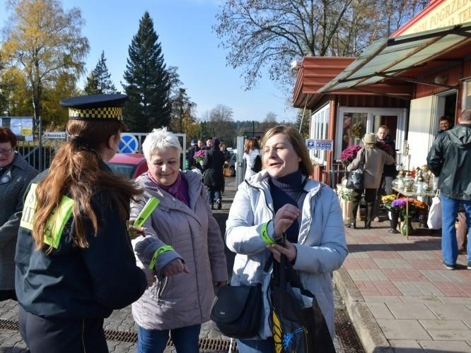 Straż miejska w Białymstoku rozdaje odblaski przy cmentarzu [ZDJĘCIA]