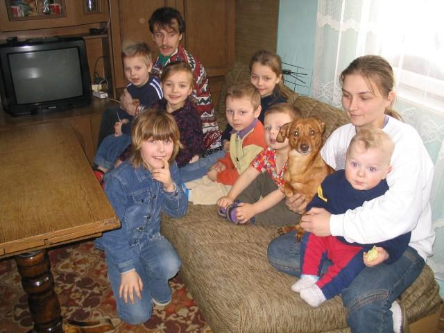 Wśród ośmiorga dzieci państwa Szostaków są trzy dziewczynki i pięciu chłopców. Mieszka z nimi ich ulubieniec - pies Dżekuś. Na zdjęciu brakuje najstarszego syna Mateusza, który podczas naszej wizyty był u rodziny poza Karkowem.