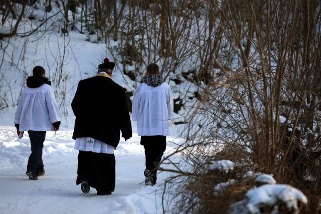 Nie zawsze księża witani są z otwartymi ramionami. Wchodzą i tam, gdzie wóda, przemoc i więcej szatana niż Boga.