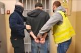Zatrzymani wandale, którzy spalili altankę, zniszczyli ławkę, śmietnik i tłukli szyby w autach w Gdańsku Oliwie