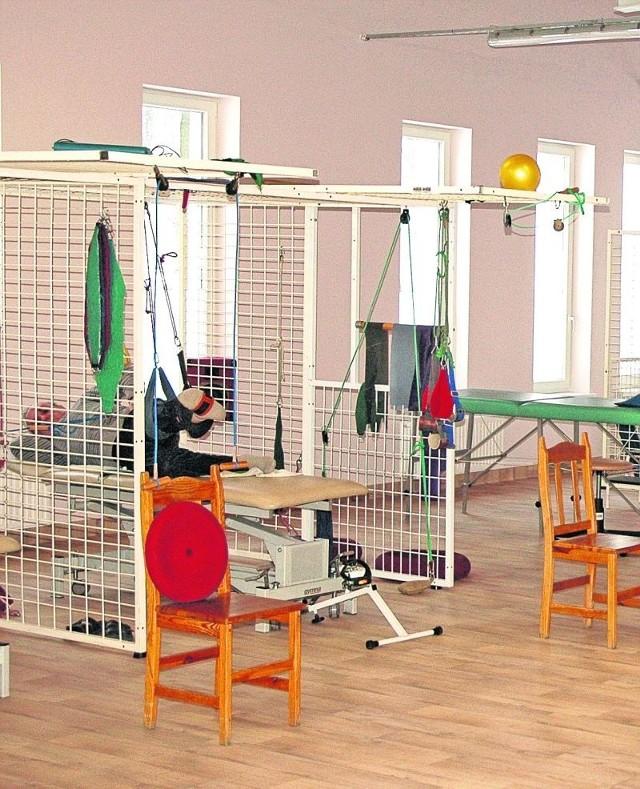 W centrum znajduje się 17 gabinetów rehabilitacyjnych i duża sala do gimnastyki .