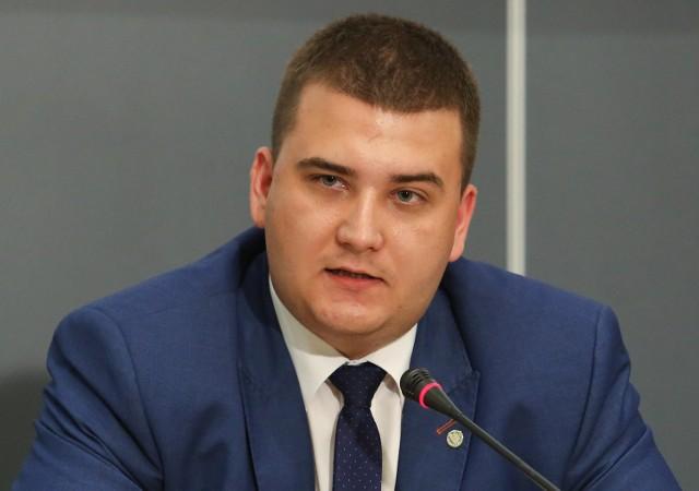 Bartłomiej Misiewicz stał się symbolem nepotyzmu, jaki zdaniem opozycji, reprezentuje swoją postawą rząd Prawa i Sprawiedliwości