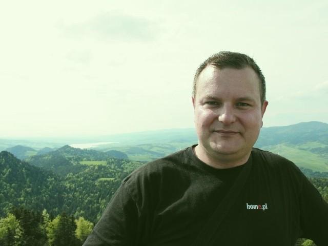 z Gimnazjum w Jaświłach jest nauczycielem fizyki i informatyki, ale w wolnym czasie zajmuje się astrofotografią i wędkowaniem