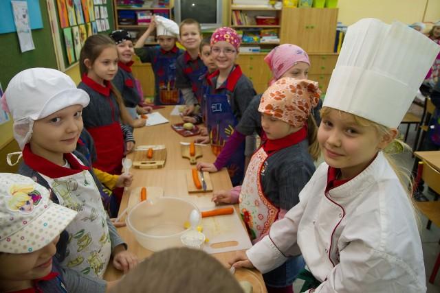 """W 2012 dzieciaki także przygotowywały śniadanie w ramach akcji"""" Śniadania daje moc""""."""