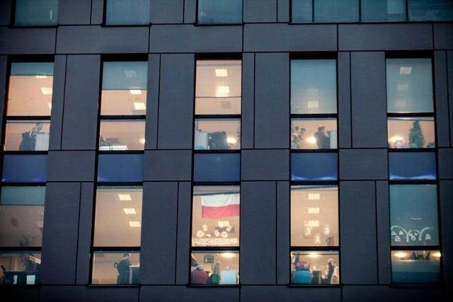 Najwięksi najemcy zaczęli w końcu podejmować decyzje, w jaki sposób zamierzają dalej pracować. Nie ma tu jednak jednego uniwersalnego rozwiązania. Polscy pracodawcy woleliby mieć pracowników pod okiem, w biurze. Natomiast duże globalne korporacje skłonne są zapewnić załodze więcej elastyczności, dopuszczając pracę w domu przeplataną niezbędnymi spotkaniami w biurze.