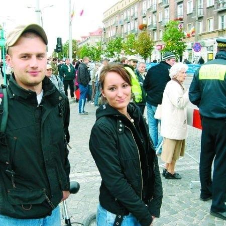- Pozostaje tylko czekać - mówili Luiza Skalska i Piotr Rozmus, zatrzymani przez barierki - Nie ma jak dostać się do pracy.