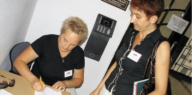 Janina Józefiak (po lewej) i Regina Liberacka, pracowniczki grudziądzkiej opieki społecznej podpisują pismo do prezydenta o planowanej manifestacji