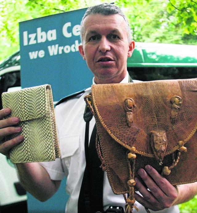Marek Sztynyk z Izby Celnej pokazuje torebki ze skóry węża i z jaszczurzej - trefne pamiątki