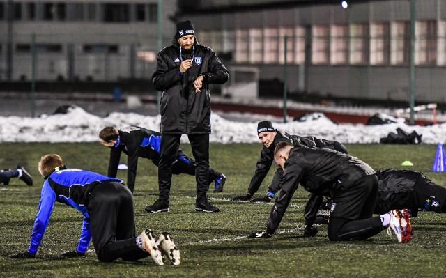 Zawisza Bydgoszcz rozpoczął przygotowania do rundy wiosennej. To były pierwsze zajęcia z nowym szkoleniowcem Piotrem Kołcem, który wczoraj objął zespół niebiesko-czarnych.Na kolejnych stronach zdjęcia z pierwszego treningu>>>