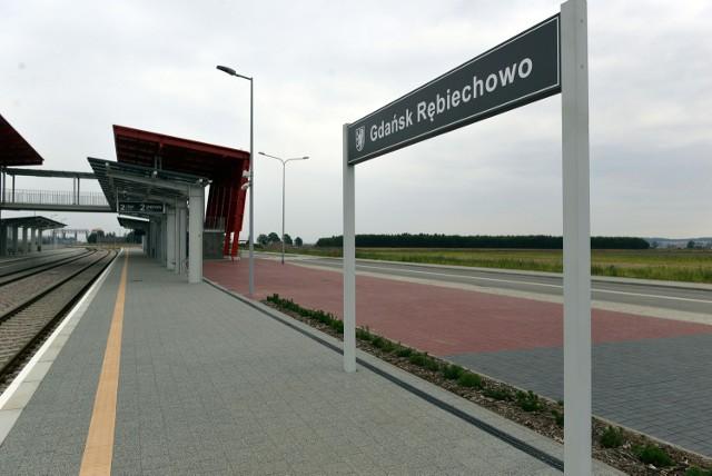 Nowa stacja Pomorskiej Kolei Metropolitalnej w Gdańsku Rębiechowie wybudowana została w szczerym polu