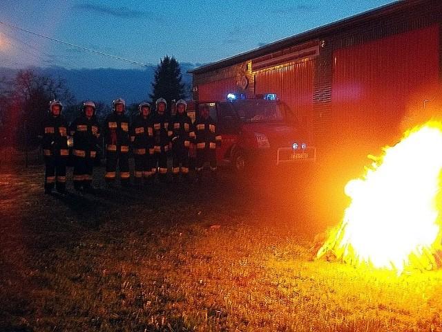 15 kwietnia strażacy ochotnicy palili ogniska symbolizujące upamiętnienie 1050 rocznicy Chrztu Polski.