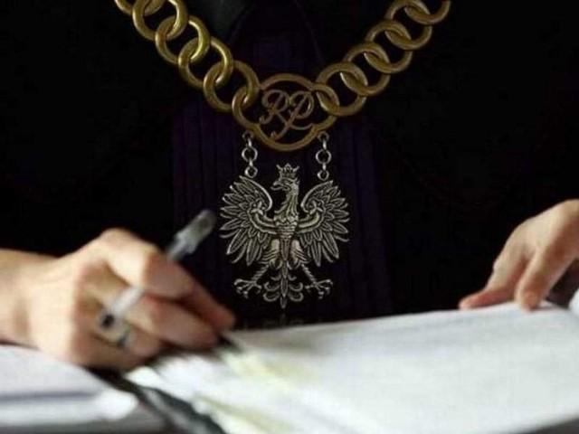 """Sędzia Małgorzata Lessnau-Sieradzka musiała dyscyplinować oskarżonych Tomasza G., """"Smołę"""" i """"Lewatywę"""", którzy  próbowali sami zajmować głos w sądzie. G. zapytał prokuratora Bednarczyka, czy kiedykolwiek zakładniał świadków w procesie do składania fałszywych zeznań. Śledczy stanowczo zaprzeczył."""