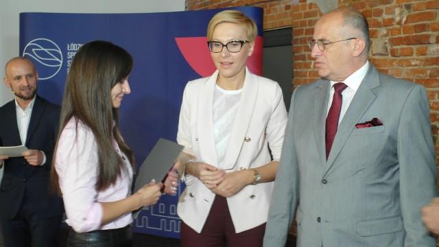 W Łódzkiej Specjalnej Strefie Ekonomicznej odbyła się w środę (27.06) uroczystość wręczenia siedmiu z puli ośmiu przyznanych w ostatnich miesiącach zezwoleń na działalność w ŁSSE.