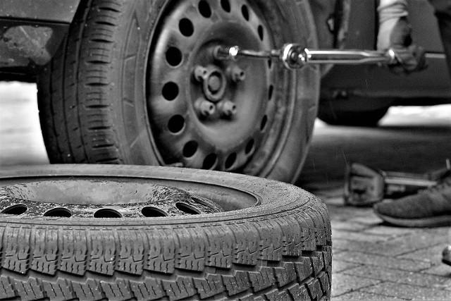 Wartość zniszczonych przez wandala opon oszacowano na 3200 zł. Właściciel aut mogą domagać się nie tylko pokrycia strat, ale także żądać zadośćuczynienia