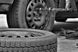 Kruszwica. 24-letni wandal przebił 9 opon w zaparkowanych samochodach, bo był zdenerwowany. Policja już go zatrzymała