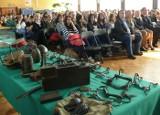 Polska kawaleria w auli szkoły w Stalowej Woli