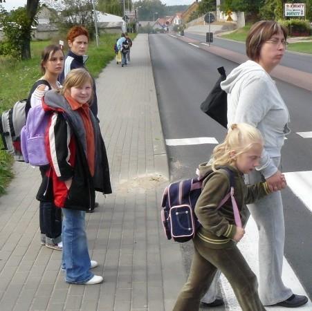 W Kamionnie wielu rodziców odprowadza dzieci do szkoły. Sylwia Gromadecka (z lewej) narzeka, że niekiedy ruch na drodze nr 24 jest tak duży, że nie można przejść na drugą stronę.
