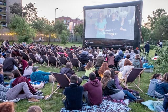 """Dla miłośników kina """"pod chmurką"""" najbliższe dni zapowiadają się świetnie! Od piątku do czwartku będzie można skorzystać z dziewięciu propozycji filmowych. Bezpłatne seanse będą odbywać się w całym Poznaniu."""