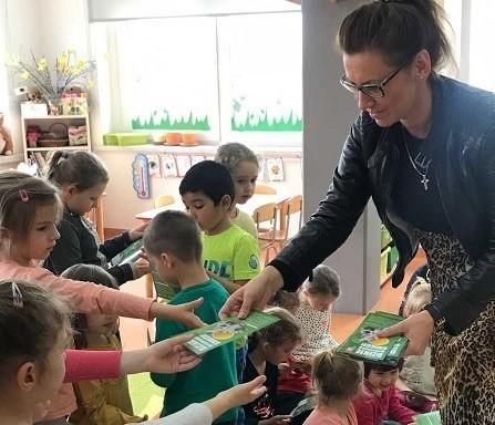 Ulotki wręczyła maluchom Anna Piosek z Referatu Ochrony Środowiska.