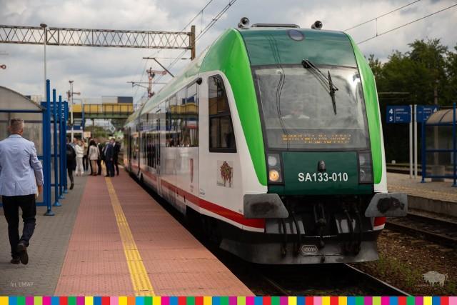 Pociągi będą obsługiwane przez szynobusy poruszające się z prędkością do 100 km/h.
