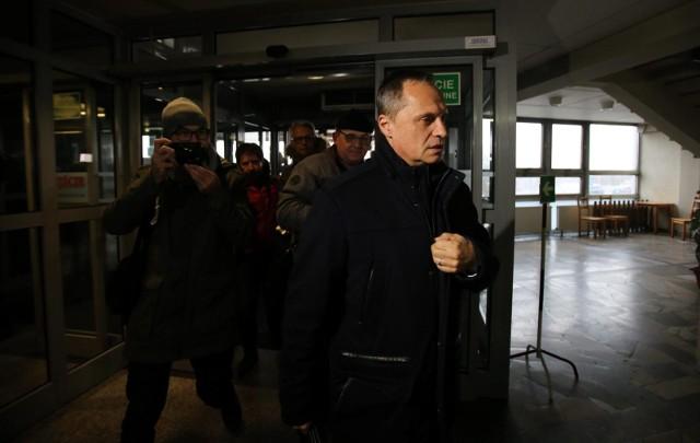 Leszek Czarnecki wychodzi z przesłuchania w prokuraturze w Katowicach. Zeznawał tam w 2018 roku jako świadek w sprawie afery KNF