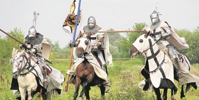 W 1226 roku książę Konrad Mazowiecki sprowadził Krzyżaków do Polski. Zakon miał pomóc w walce z poganami. W 1308 roku Władysław Łokietek poprosił Krzyżaków o pomoc na Pomorzu. Mieli oni pomóc w walce z Brandenburczykami, za co mieli otrzymać odpowiednie wynagrodzenie. Rycerze przepędzili Brandenburczyków, a następnie sami zajęli Pomorze Gdańskie. W II połowie XIV wieku komtur gdański Zakonu Krzyżackiego Dawid von Cammerstein całkowicie niszczy grody w Białogardzie i Salinie i tworzy wójtostwo lęborskie.