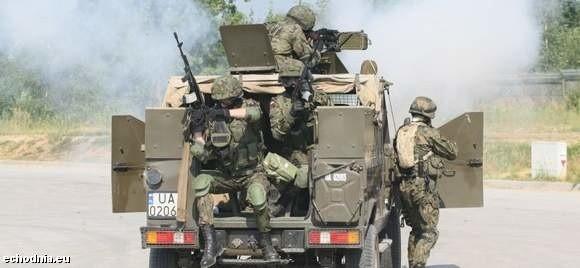 Taki pokaz dynamiczny ewakuacji wojskowego sprzętu zobaczymy dziś podczas targów. Na zdjęciu piątkowa próba generalna. fot. D. Łukasik