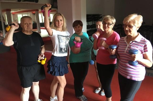 Olga Chaińska - druga od lewej, dietetyczka i trenerka prowadzi treningi dla seniorów