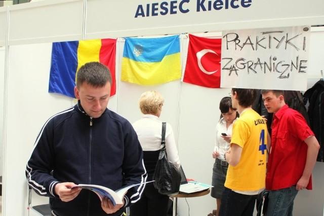 Wśród odwiedzających targi był Łukasz Poniewierski, który przyszedł zapoznać się z aktualnymi ofertami pracy. fot. A. Piekarski
