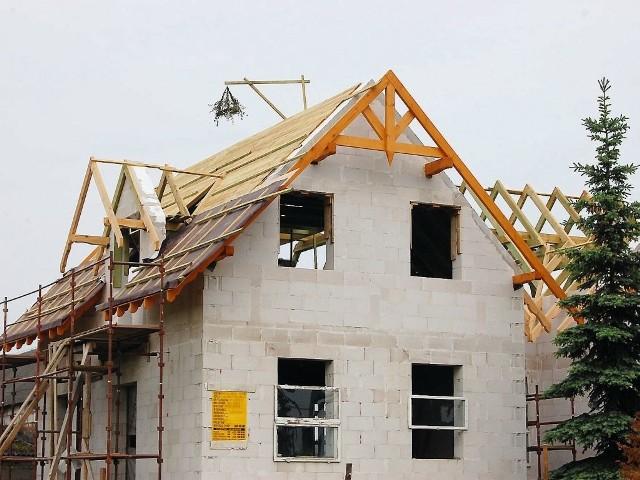 Wieniec wiesza się na nowo budowanym domuWieniec wiesza się na nowo budowanym domu, po położeniu konstrukcji dachu.