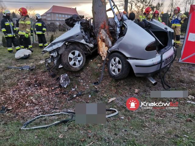 W Prusach w gminie Kocmyrzów-Luborzyca na drodze wojewódzkiej seat wypadł z jezdni, niemal owinął się wokół drzewa. Zginęły dwie osoby. Zdarzenia miało miejsce w drugiej połowie marca